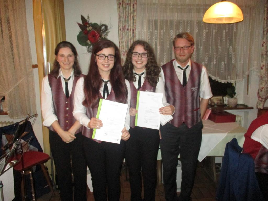 JMLA in Silber Von links nach rechts: Maleika Herz (Jugendleiterin), Selina Busam, Janina Ritter, Peter Sauer (Jugendleiter).